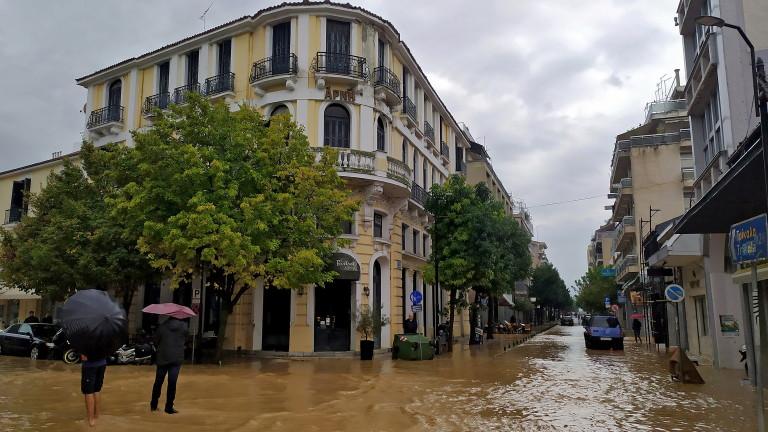 Двама души загинаха днес при силната буря Янос в централната