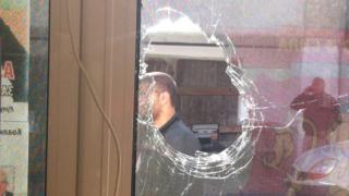 Изпотрошиха с камъни прозорците на клуба на ВМРО в Банско