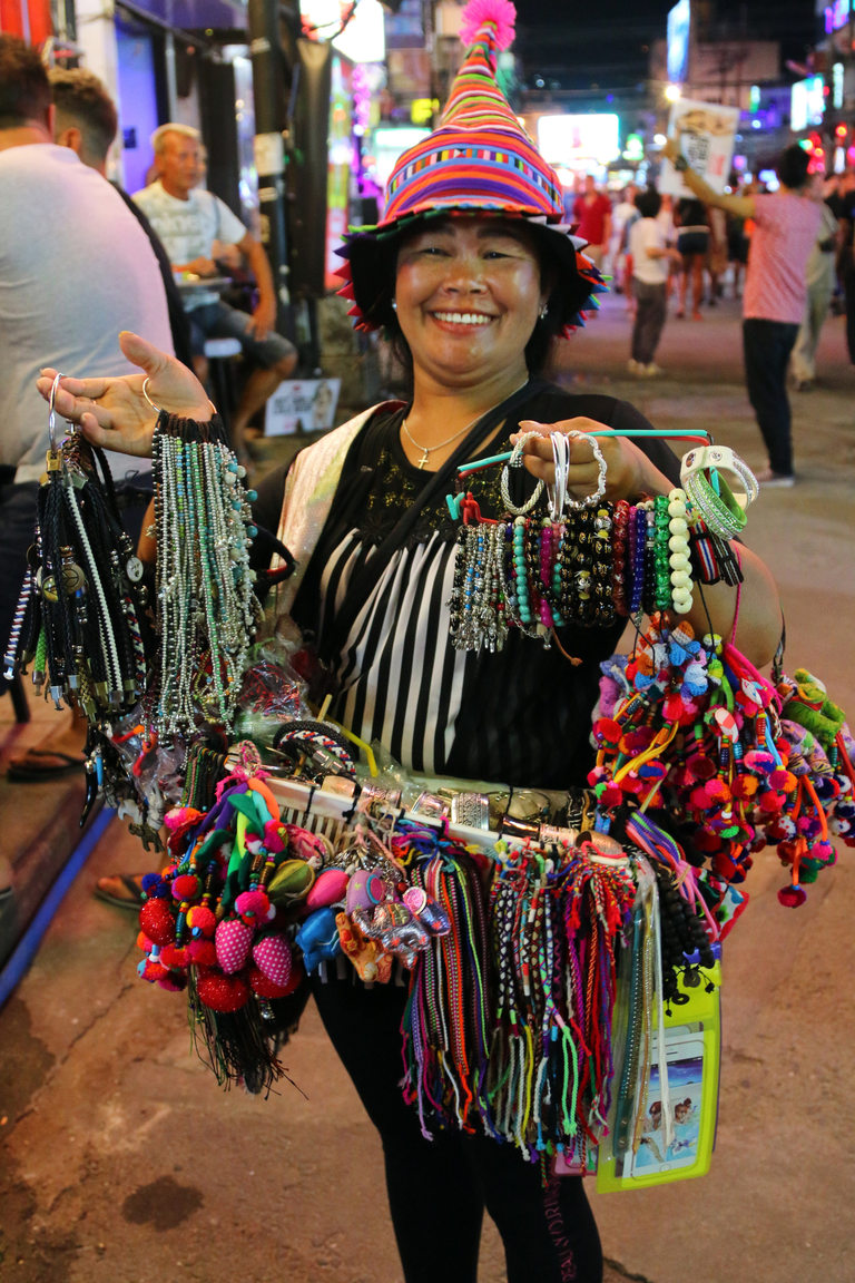 Продавачка на гривни в Пукет