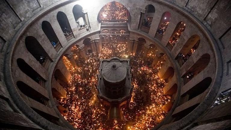 Български и македонски духовници заедно носят благодатния огън