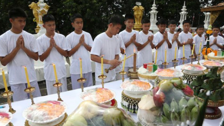 Спасените от пещера тайландски момчета прекараха 9 дни в будистки манастир
