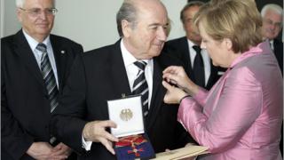 Ангела Меркел почетен член на фенклуба на Енерги