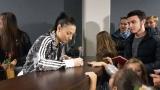 """""""Златните момичета"""" раздадоха автографи на феновете си преди бенефиса (СНИМКИ)"""