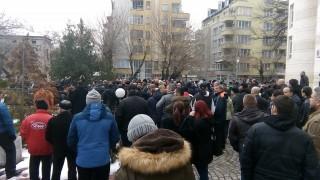 Пловдивчани на протест в подкрепа на доктора, застрелял мъж в дома си