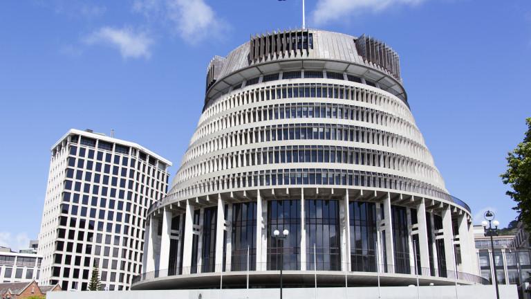 Мъж се самозапали пред парламента на Нова Зеландия два дни преди изборите