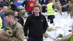 Британският премиер посети бедстващи след наводненията райони