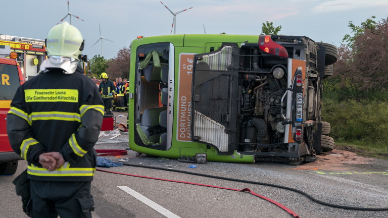 Автобус се преобърна в Германия, има жертви, 60 ранени