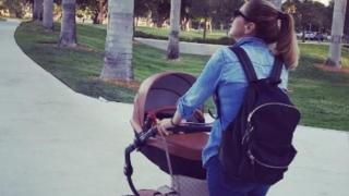 Съпругата на Стоичков разхожда малката Миа