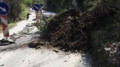 Две свлачища затрудняват движението на пътя Асеновград - Лясково