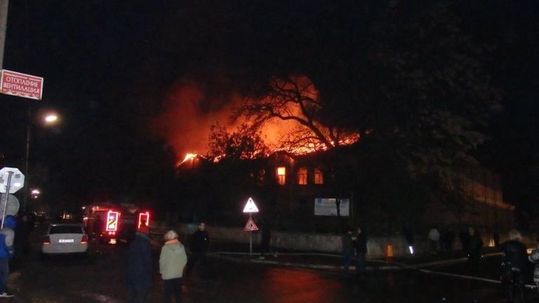 Местят занятията на опожареното училище в Карнобат в друга сграда