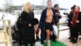 Американският посланик в Русия се потопи в студените води на Богоявление