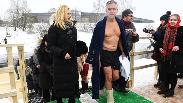 Американският посланик в Русия Джон Хантсман се изкъпа в купела