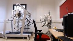 Парализиран човек се движи с екзоскелет, контролиран с импланти в мозъка