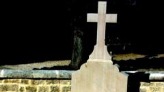 Вандали потрошиха гроба на Дьо Гол