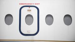 Тинейджър скочи през аварийната врата на самолет