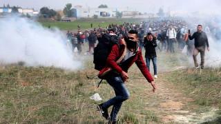 Полицията в Гърция с крути мерки срещу мигранти, напиращи да влязат в Македония