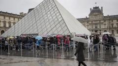 Лувърът отвори врати след нападението