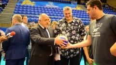 Пламен Константинов подари на Бойко Борисов топка с автографи на националите