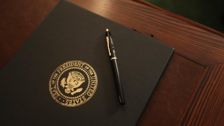 Минути след речта си американският президент Доналд Тръмп подписа указ