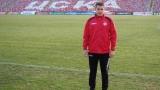 Юноша на ЦСКА дърпа ушите на прасе (СНИМКА)