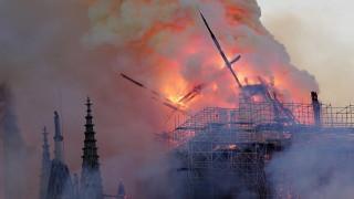 Кулата-стрела на Нотр Дам рухна, обхваната от пламъци