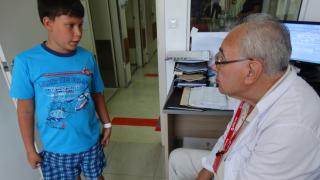 Децата да ходят боси срещу дюстабан, съветва известен ортопед