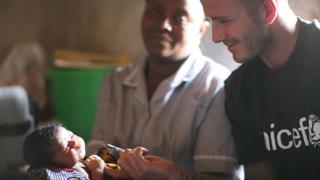 Бекъм посети Сиера Леоне с благотворителна цел