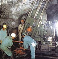 61 човека загинаха при експлозия в мина в Сибир