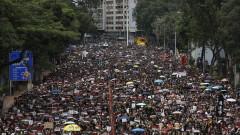 Хиляди, облечени в черно, настояват лидерът на Хонконг да се оттегли