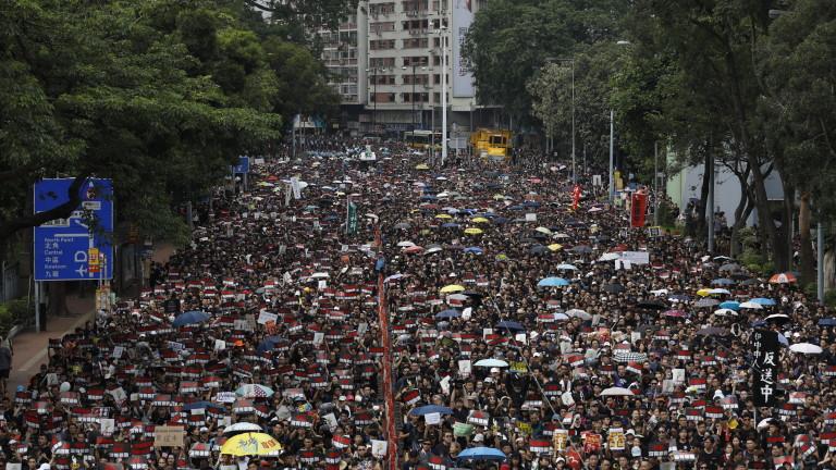 Хиляди хора излязоха на улиците в Хонконг, облечени в черно,
