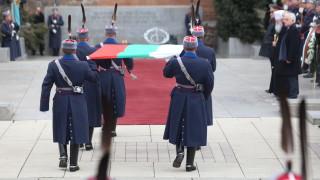 Трибагреникът се издигна над Паметника на Незнайния воин