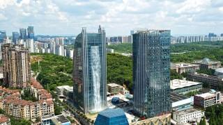 Китайски небостъргач има над 100-метров външен водопад (Видео)