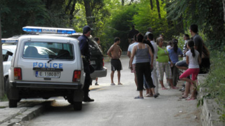 Трима братя се нахвърлиха на полицаи с брадва и кол