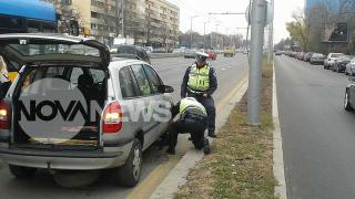 Пътни полицаи помагат на шофьорка да смени гума