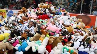 Защо фенове заляха хокейно игрище с плюшени играчки
