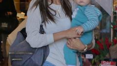 Алесандра Амброзио тръгна с бебе на шопинг