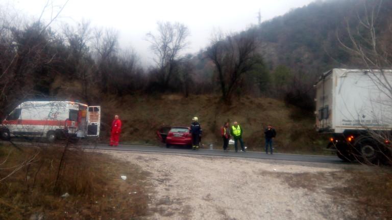 Един човек загина при тежка катастрофа по Е-79 край Кресна,