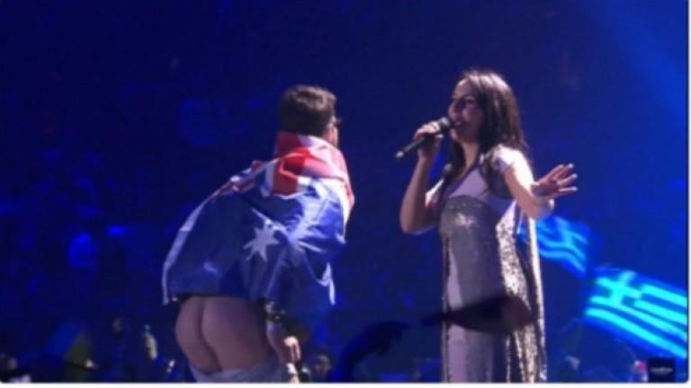 """Кой е мъжът, който си свали гащите на """"Евровизия 2017""""? (ВИДЕО)"""