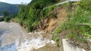 Пороен дъжд подкопа пътя Велинград-Якоруда