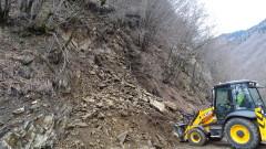 Спешно ремонтират пропадналия път за село Леденик