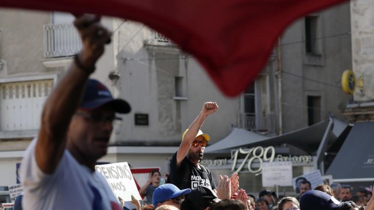 Бой с пръчки между протестиращи срещу мерки и без маски с хора с маски в Тулуза