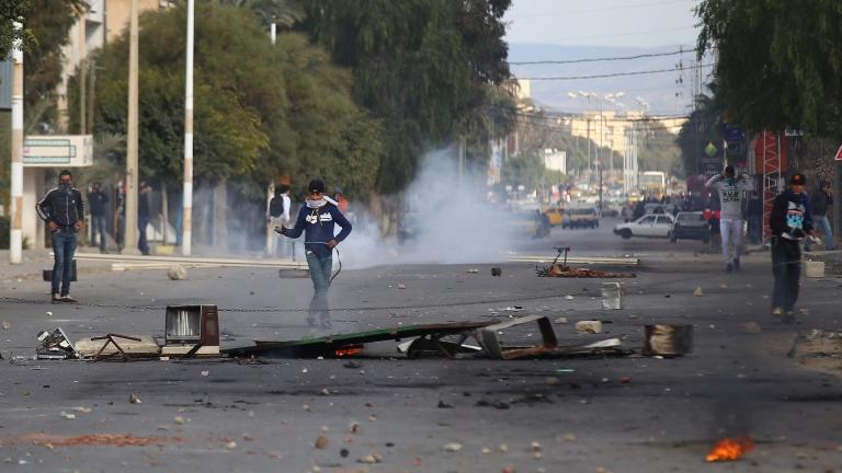 Полицаи загинаха на протести в Тунис