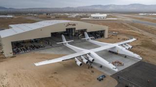 Показаха най-големия самолет в света (СНИМКИ)