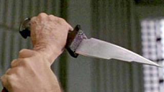 Жена намушка с нож в корема и гърба сестра си