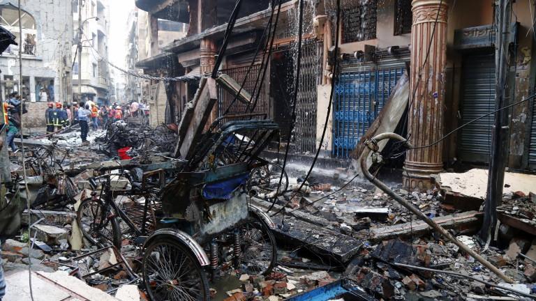 Снимка: Близо 80 души загинаха в  пожар в столицата на Бангладеш