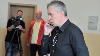 Директор на ЦСКА се зарадва на гола срещу Берое, фенове го замерят с бутилки
