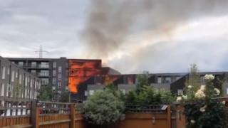 Над 100 пожарникари гасят силен пожар в Лондон