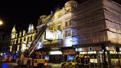 Разследват причината за падналия таван в лондонски театър