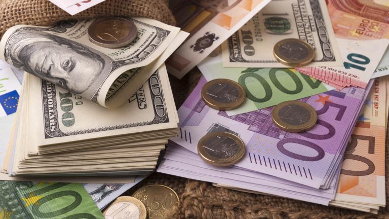 Доларът леко спада към еврото, расте спрямо паунда