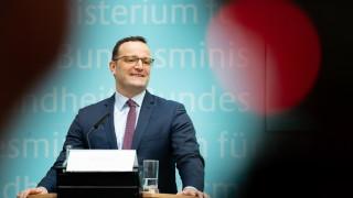Здравният министър на Германия иска забрана на терапия за лечение на гейове